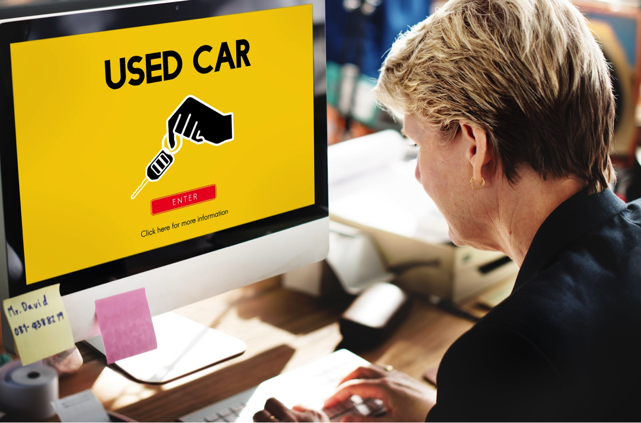 woman-buying-used-car-online-on-computr