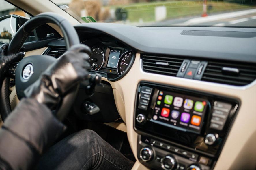 driving-gloves-steering-wheel-in-car-apps